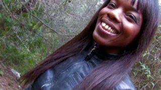 jeune noire branchée cul sodomisée dans les bois