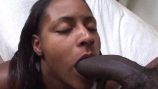 sa grosse bite noire ne rentre pas en entier dans sa bouche