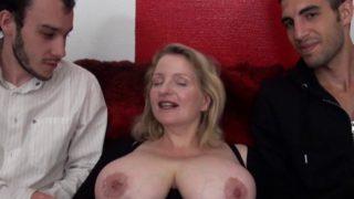 amatrice à gros seins prise en main par deux jeunes
