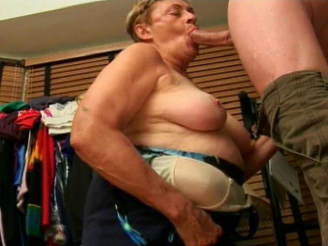 vieille maman salope suce le pote de son petit fils
