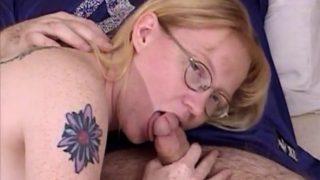 blonde à lunettes suce une queue pour se faire aimer