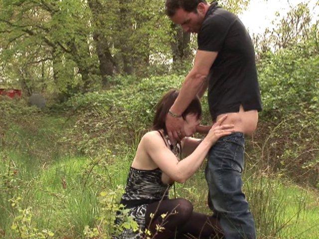 couple surpris par un vieux voyeur entrain de baiser dans les bois