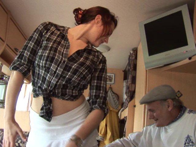 papy baise sa jeune femme de menage