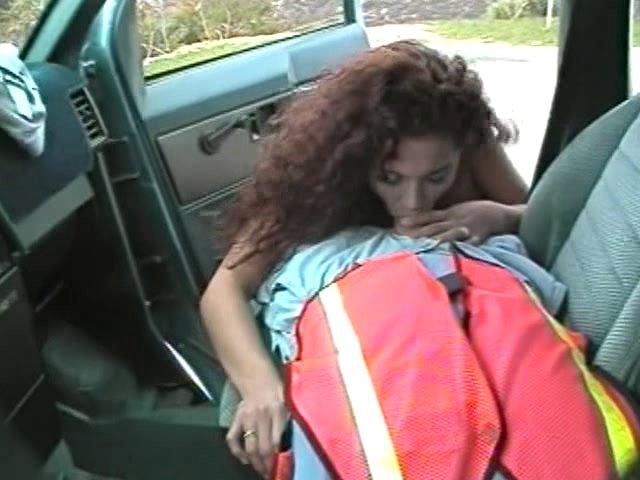 Une monitrice d'auto-école suce son elève