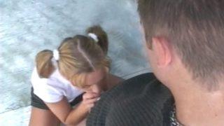 jeune salope baiser devant les gens qui passent