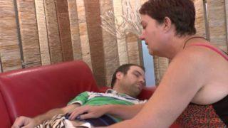maman s'occupe de la bite du copain de son jeune fils
