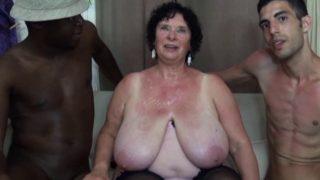vieille grosse de 70 ans baisée par deux black bien montés